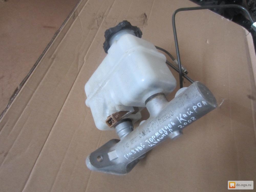 Главный тормозной цилиндр снят и готов к замене. Продается он отдельно от бачка, который можно не менять, если он находится в исправном состоянии, его корпус не течет. При установке бачка на новый цилиндр необходимо взять рем комплект и поменять уплотнительные резинки, которые находятся в стыках бачка и цилиндра.